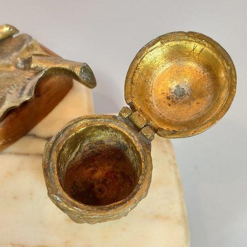 """加尔尼耶  """"年轻慵懒的女人""""。  在白色大理石和黄色玛瑙上的一个大理石墨水瓶,有两个小的卵形的大理石容器和一个镂空的椭圆形的笔架。  高:12.5厘米 宽:2…"""