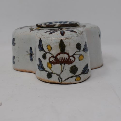两件19世纪的陶器。   一个有花纹装饰的多裂纹墨池。高度:5厘米。   Saleron有两个带花卉装饰的隔间。长:13.70厘米。