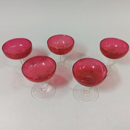 5 coupes à champagne en verre teinté rouge