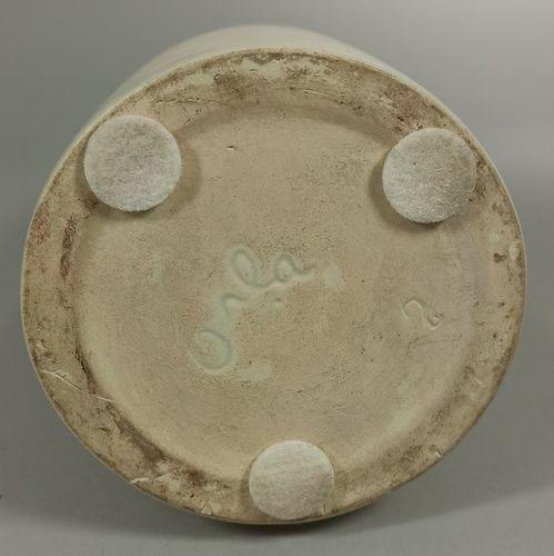 """ORLANDO Peter    Vase blanc intérieur jaune, signature manuscrite incisée """"ORLA""""…"""
