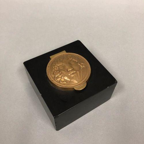 """皮埃尔 马里 普瓦松 (1876 1953)  黑色大理石墨水瓶,鎏金铜盖上雕刻着一张女性的脸和扇子,上面写着 """"Souvenir d'une victoire…"""