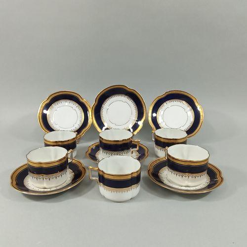 SERVICE À THÉ EN PORCELAINE.  Composé de six tasses, de forme ronde, avec sous t…