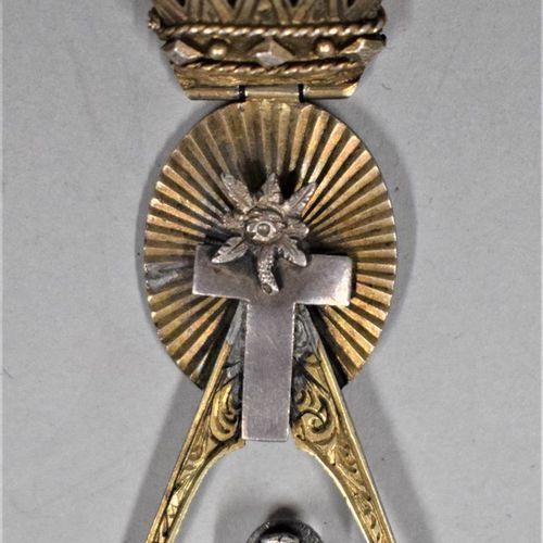 Bijou de chevalier Rose Croix.  Joli petit modèle.  Argent et vermeil  H. : 6.3 …