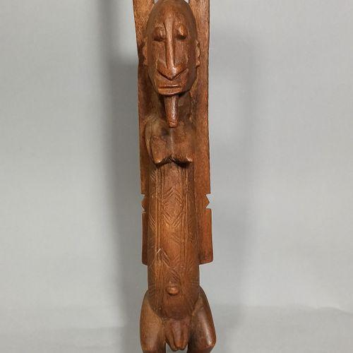 Statue Dogon aux bras levés, circa 1960.  H.: 66 cm
