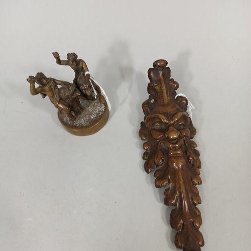 Petit bronze représentant deux personnages sur dos de dauphin  On y joint un bro…
