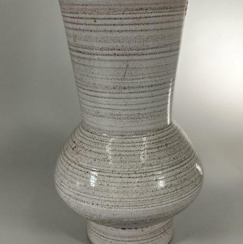 GRANDJEAN JOURDAN (XXe siècle)  Grand vase beige.  Terre de Vallauris, signature…