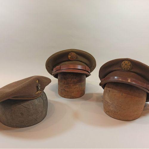 Lot de trois coiffures américaines : Deux casquettes modèle troupe en laine oliv…