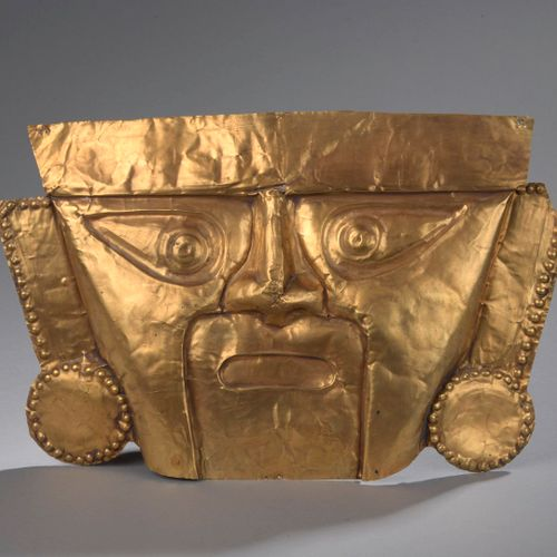Masque cultuel présentant le visage d'un seigneur, ses oreilles portant  deux ta…