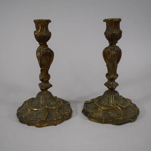 Paire de flambeaux en bronze de style Rocailles. Poinçons n° 562.  Ht. : 23 cm.