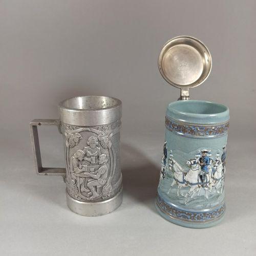 Lot de 2 chopes à bière, l'une en métal à décor sculpté d'une scène de taverne d…