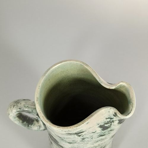 BLIN Jacques    Pichet en terre blanche, pièce tournée verte à décor de volatile…