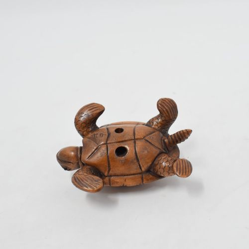 日本 20世纪  两件代表两只乌龟的木制网饰,其中一只上有两只小乌龟。  签名。