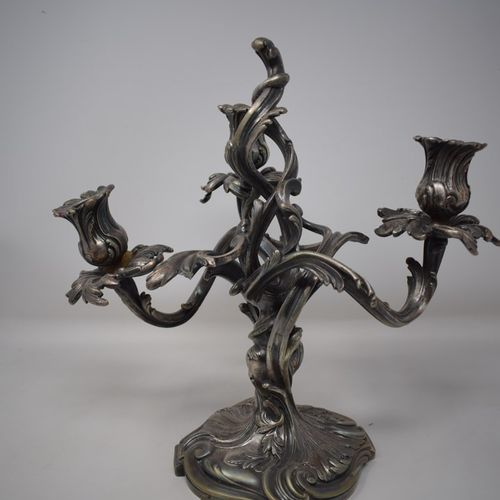 Candélabre en bronze à patine argenté à trois bras de lumière.  Style Baroque  H…