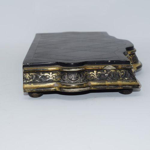 Trois supports en bois noirci, reposant sur quatre petits pieds, à décor d'une f…