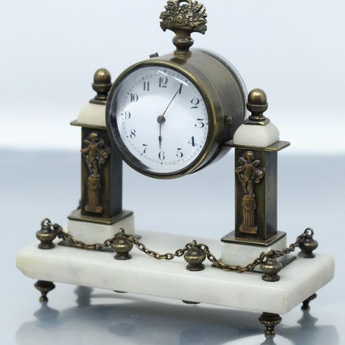 Pendulette portique en métal à patine dorée et pierre, les colonnetttes ornées d…