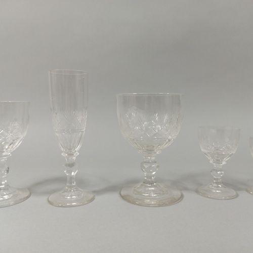 PARTIE DE SERVICE DE TABLE.  Ensemble de 36 verres en cristal, comprenant six mo…