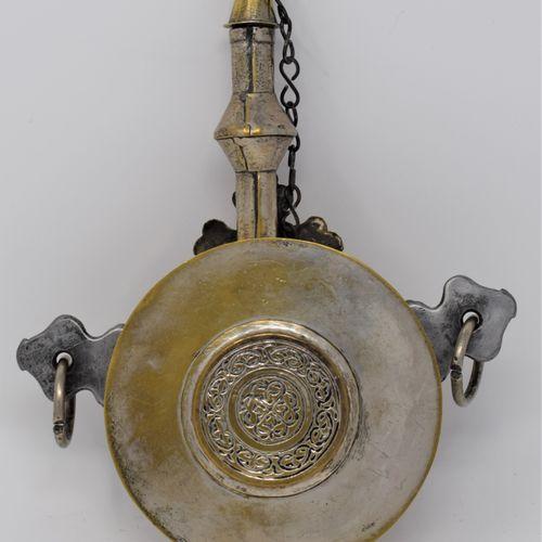 Poire à poudre à panse circulaire en laiton à décor appliqué d'argent (usure), s…