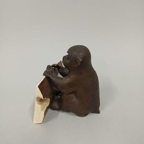 JAPON Epoque MEIJI (1868 1912)  Okimono en bronze à patine brune de singe assis …