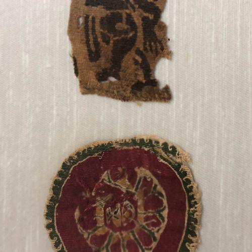 EGYPTE, VI VIIIe siècle,  Deux fragments d'élèments brodés sur des tissus Coptes…