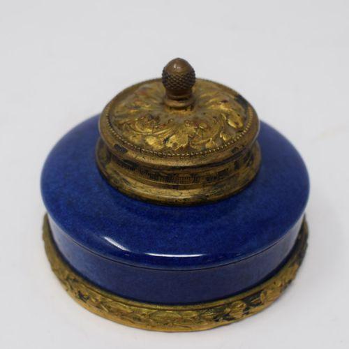 MILET保罗(1870 1950)在塞夫勒。  蓝瓷墨水瓶,铜框上装饰有月桂花的楣,盖子上装饰有刺桐叶。标记:MP SEVRES。  直径:8.20厘米 没有…