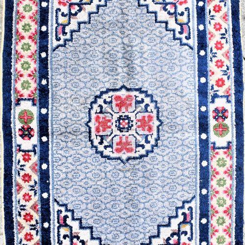 小型羊毛织品地毯  中国,20世纪  在米色背景上装饰有风格化的花卉图案,卐字形图案。  尺寸:厘米。