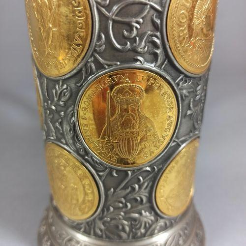 Travail allemand,  Chope commémorative en étain richement orné de médailles reha…