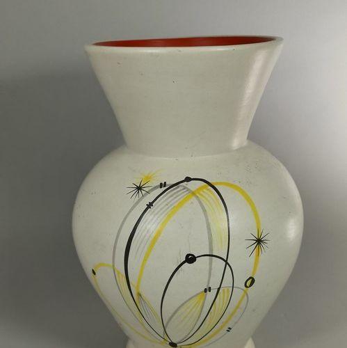 BAUD André (1903 1986)  Vase blanc à décor abstrait.  Terre blanche, tampon de l…