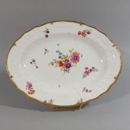 PLAT DE SERVICE EN PORCELAINE.  De forme ovale, à décor de fleurs polychromes, b…