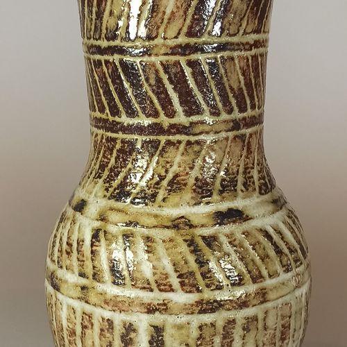 PETTIT Olivier (1918 1979)  Vase en terre émaillée à décor de stries verticales …