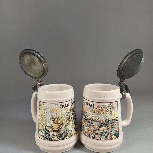 比利时的工作。  一套两个Kanterbrau啤酒杯,有铬石版印刷的装饰。  底部的标记 红色喷泉陶瓷比利时Baudour  金属盖子(氧化)。  高:15厘米…