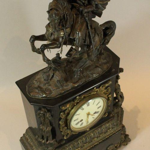 Pendule borne à pans coupés en marbre noir et riche ornementation en bronze pati…