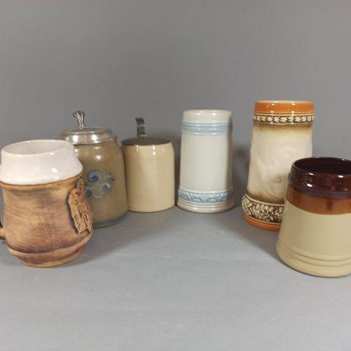 一套6个瓷器和釉面炻器啤酒杯。  两个带盖子的