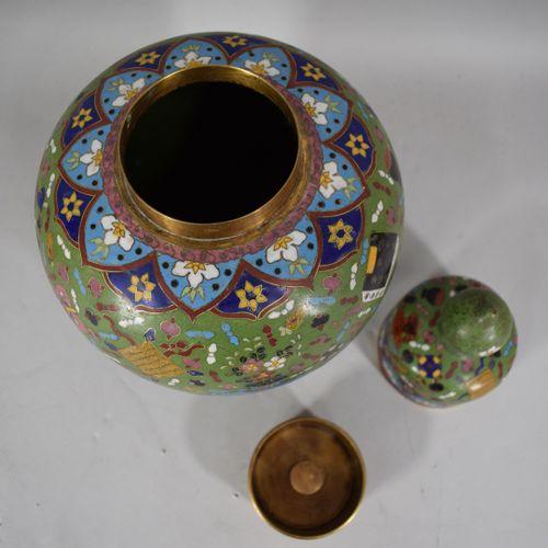 CHINE, Vers 1900  Vase balustre couvert en cuivre en émaux cloisonnés, à décor d…