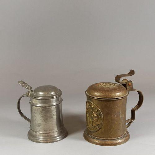 一套两个啤酒杯。  一个是锡制的,另一个是锤制铜制的,壶身和壶盖上的文字是一个奖章。  轻微的氧化,开裂。