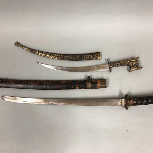 Réunion de deux armes  1 Maroc, début XXème siècle  Nimcha  Fourreau et poignée …