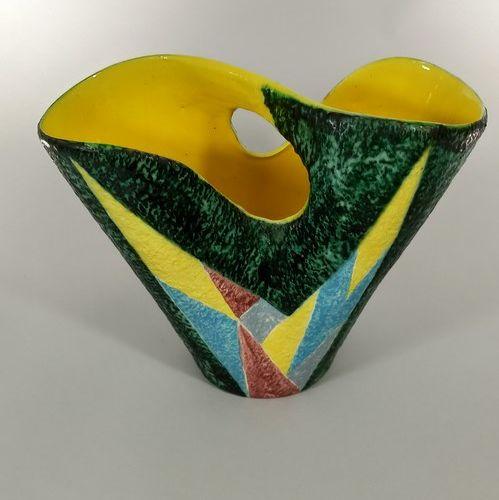 SAGAN Jacques (né en 1927)  Vase panier à décor géométrique intérieur jaune.  T…