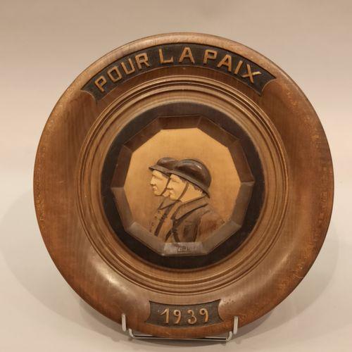 """Lot 2e G.M. Comprenant: un médaillon circulaire en bois sculpté """"Pour la Paix 19…"""