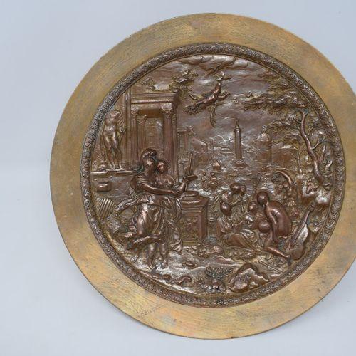 F. BARBEDIENNE  Coupe en bronze à patine médaille quadripode figurant des sphing…