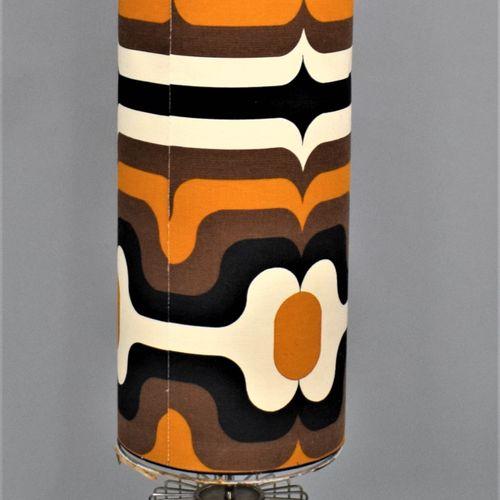 Lampadaire vers 1970    Piètement en métal chromé ajouré et abat jour en tissu à…