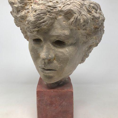 斯托尔 埃德蒙 (1903 1956)  泥塑女人头像,粉红色石膏底座,署名ES,右下角注明53.VI。  高度:25厘米 36厘米,包括底座。  小事故,弄脏…