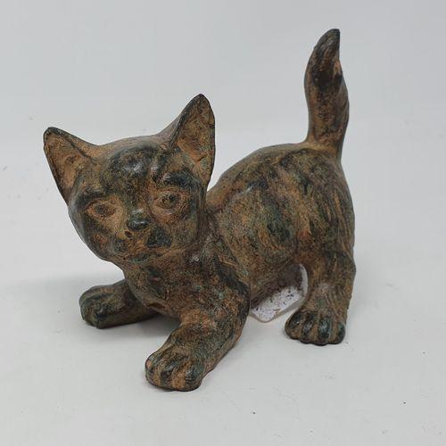 CHENET Pierre (XXe siècle)  Petit chat  bronze à patine ocre nuancée, cachet de …