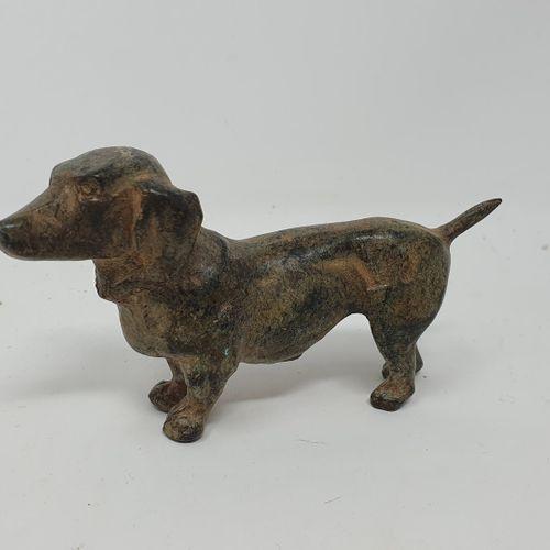 CHENET Pierre (XXe siècle)  Petit Teckel  bronze à patine ocre verte nuancée, ca…