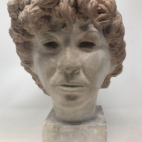 STOERR Edouard (XX)归功于  方形底座上的石膏彩绘女人头像。  高度:16.50厘米 23.50厘米,包括底座。  底座左前角有小的事故、污垢…
