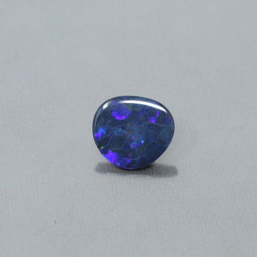Opale bleue sur papier  Dimensions 2cm x 1,8 cm
