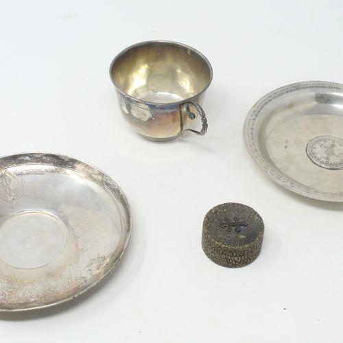 Boite à poudre, une tasse et une sous tasse en argent  Poids brut : 207 g.