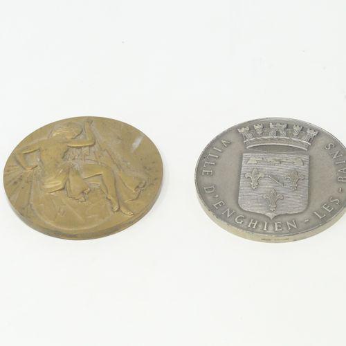 Lot de deux médailles dont une en argent et une en bronze.  Une médaille Ville d…