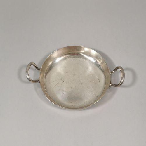 Petit plat à deux anses en métal argenté.  Travail Allemand du XXème siècle.  Pa…