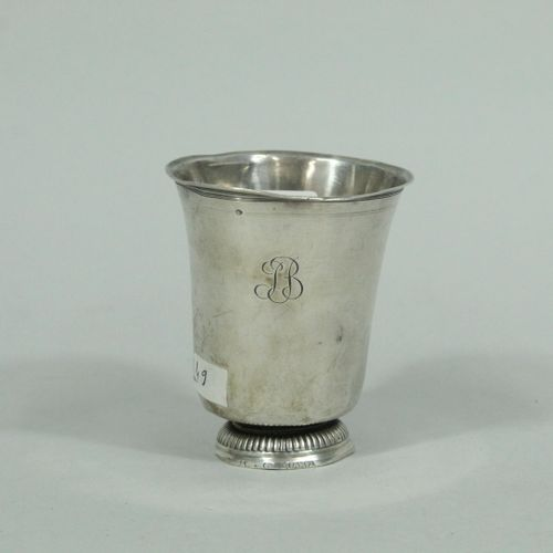 Timbale sur piédouche en argent, XVIIIe siècle.  Poinçon de Maître.  Poinçon de …