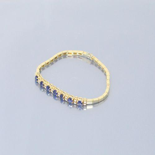 Bracelet articulé en or jaune 18K (750) centré d'une alternance de saphirs ovale…