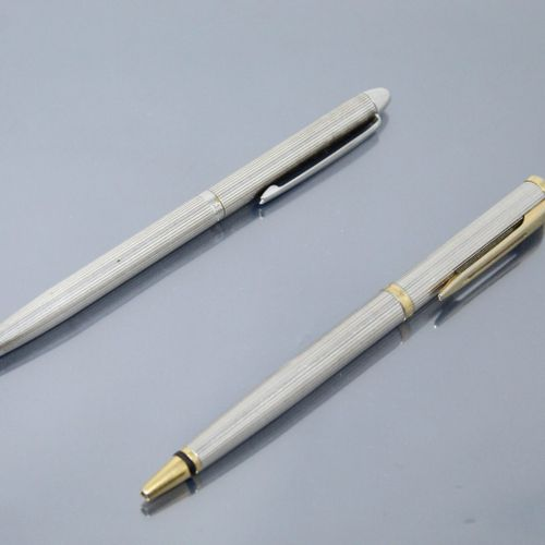 """一套两支笔,一支银质笔,署名 """"USUS"""",另一支金属和鎏金笔,署名 """"WATERMAN""""。  银器的毛重:24.23克。"""